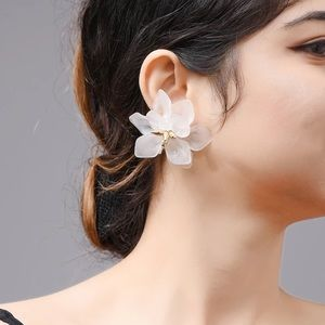 🦋 2 x $20 White Flower Earrings